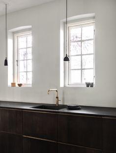 Reform's SURFACE kitchen design by Norm Architects in sawn smoked oak. It's an IKEA hack. Contemporary Windows, Oak Kitchen Cabinets, Kitchen Reno, Kitchen Ideas, Elegant Kitchens, Foyer Decorating, Updated Kitchen, Spanish Kitchen, Minimalist Kitchen