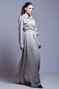 Vestido gris confeccionado en antelina, con flecos en la parte delantera y en espalda, escote cruzado, falda de vuelo con corte en la cintura y cinturón a modo de lazada. #tiendagijon #clientasespeciales #apparentia