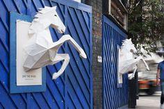 Affiches sculpturales dans les rues londoniennes