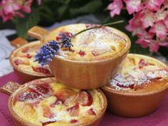 Denna krämiga franska efterrätt slutar aldrig att förföra. Här bakar vi den med plommon och mandelmjöl.