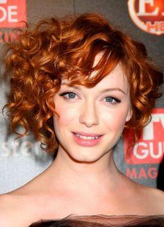 Pixie riccio e rosso Pixie con ciuffo laterale voluminoso e un bel colore rosso castano, tra i tagli di capelli ricci del 2015