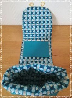 Here are some nice and practical little bags that will allow you to take a break wherever you are. I stumbled upon a picture of these mug bags and … - Couture Sewing, Little Bag, Sewing For Kids, Craft Fairs, Floor Chair, Diy And Crafts, Voici, Mugs, Creative