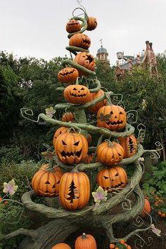 Pumpkin tower - creative pumpkins - halloween jack o latern ideas - halloween decorating #halloween #pumpkin #pumpkincarving
