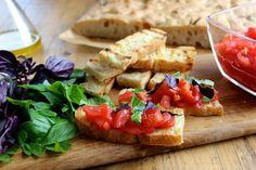Bruschetta z pomidorami i bazylią