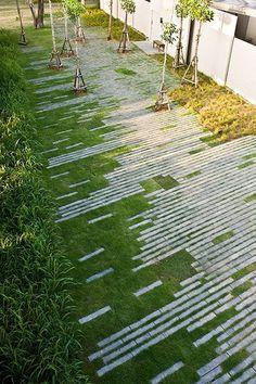 Langgerekte lijnen, afgewisseld met gazon