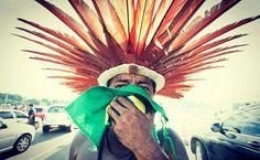 """Índio beijando a Bandeira Brasileira! Foto genial do fotógrafo Brasileiro Lula Marques! Brasília - DF - Brasil - - """"pq todo dia, é dia de índio""""! Fair Grounds, Dia De"""