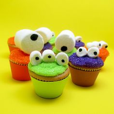 HALLOWEEN: googly-eyed monster mini cupcakes for Celebrations | The Decorated Cookie