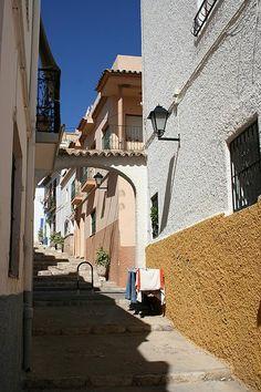 Calle típica de Calp. Foto: Jose Manuel. Creative Commons Attribution-Share Alike 2.5 Generic license.