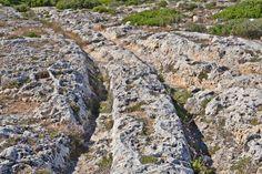 Un esempio di cart ruts al 'Clapman Junction', Malta: a cosa servivano? The enigmatic cart ruts in Malta, one of the most incredible mysteries of the ancient island: which was their purpose?