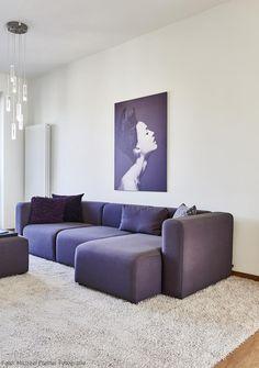 dunkles violett ist ein toller kontrast zum wei des raumes passend dazu ein wandbild