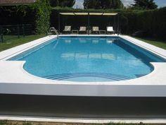 Cobertor Automático instalado en Madrid. En esta ocasión se ha escogido personalizar el banco en color gris para lograr una mayor integración con el entorno. Este diseño es un modelo high tech que permite cubrir la piscina en menos de 1 minuto