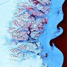 50 – TIERRA 35 - A lo largo de la costa sureste de Groenlandia, una intrincada red de fiordos de hielo de los glaciares desemboca hacia el Océano Atlántico. Durante la temporada de verano de deshielo, los icebergs unen trozos de hielo marino, y se ven icebergs en suspensión en alta mar que fluyen hacia el sur de Groenlandia oriental formando impresionantes formas con sus remolinos.