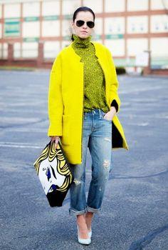 яркое желтое пальто на молнии с джинсами