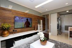 Projeto Granja Julieta | Sala de TV e Cozinha integrada  Contraste da madeira de demolição e o cinza é um ponto forte desse apartamento. Integração da cozinha com a sala, torna o ambiente multiuso e amplo  #sessoedalanezi foto by @mariana_orsi