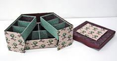 Derniers collages pour les finitions du couvercle... La boite à bijoux, gainée de tissus coordonnés est terminée ! Réalisée par Evelyne.