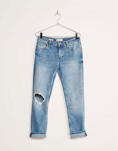 Jeans BSK comfort Straight Fit con roto en rodilla. Descubre ésta y muchas otras prendas en Bershka con nuevos productos cada semana