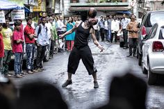 Watch freestyle soccer legend Séan Garnier's display of tricks cast a spell over his Indian hosts.