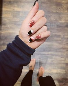 Here's another twist to quintessential Mickey Mouse: add a chic, modern twist by topping your nails with a matte coat! Mickey Mouse Nails, Mickey Mouse Christmas, Christmas Nail Art, Mickey Mouse Nail Design, Nail Art Pictures, Party Nails, Round Nails, Polka Dot Nails, Neutral Nails