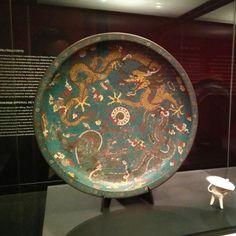 """La exposición """"Ming. El imperio dorado"""" presenta un total de 126 objetos de las impresionantes colecciones del Museo de Nankín, como singulares cerámicas Ming, pinturas y obras de los artistas más prestigiosos de la época, exquisitas joyas, y textiles y obras de esmalte, dorado y porcelana que nunca antes se habían visto en España."""