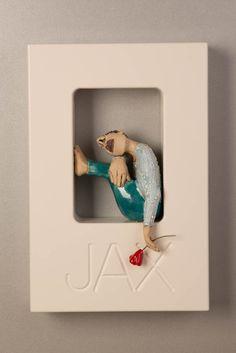 Out of the Box-Wallpiece-met ingefreesde naam-Muurbloempje-Ans Vink keramiek - - Pottery Sculpture, Sculpture Clay, Paper Dolls, Art Dolls, Anatomy Sculpture, Realistic Pencil Drawings, Sculptures Céramiques, Paperclay, Ceramic Flowers