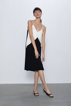 The midi dress is ideal for any occasion. Choose the perfect piece at ZARA online with just a click. V Neck Dress, New Dress, Vestidos Zara, Copenhagen Fashion Week, Zara Fashion, Party Looks, Zara Dresses, Midi Dresses, Shopping