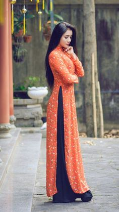 Long Dresses in vintage style Indian Gowns Dresses, Pakistani Dresses, Long Dresses, Indian Designer Outfits, Designer Dresses, Stylish Dresses, Fashion Dresses, Mode Kimono, Kurti Designs Party Wear