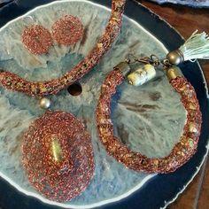 Juego completo tejido en hilo de cobre con piedras naturales .