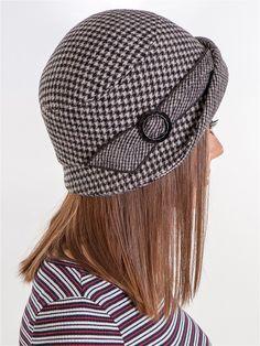 Маленькая шляпка, с кокетливо отогнутым асимметричным полем способна сделать женщину загадочной и романтичной. Декоративная лента вокруг шляпы переходит в аккуратно заложенный бант с красивой пряжкой. Комфортную посадку обеспечивает шляпная резинка. Головной убор выполнен из  итальянского полотна, с высоким содержанием шерсти, обладающего прочностью, легким весом и теплотой.  Головной убор на подкладе.