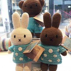 De Nijntjes familie is weer FLINK aangevuld in de winkel! Boris, Melanie en natuurlijk Nijn herself zijn nu in verschillende outfits te vinden in de winkel en online. Natuurlijk heb ik ook weer een serie aangeschaft van mijn favoriete lijn, de kleertjes geïnspireerd op het Amandelbloesem schilderij van de meester Van Gogh ❤️ • • • #hooky #hookyzandvoort #nijntje #miffy #miffylover #handmade #justdutch @justdutch_ #dutch #handmade #webshop #onlineshop #yarnshop #yarnstore #zandvoort #toys… Crochet Baby, Knit Crochet, Miffy, Loom Knitting, Toys For Boys, Bunny, Sewing, How To Make, Crafts