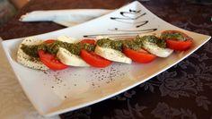 Salata Caprese Roco Izvin Restaurant, Caprese Salad, Muffin, Food, Salads, Muffins, Diner Restaurant, Essen, Restaurants
