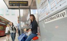 """Até 15 de julho, a cidade de Londres contará com um ponto de ônibus, no mínimo, inusitado. Formado por mais de 100 mil blocos de Lego, a parada foi construído em comemoração """"Ano do Ônibus"""" na cidade pela empresa """"Transport For London"""", responsável por grande parte do tráfego londrino."""