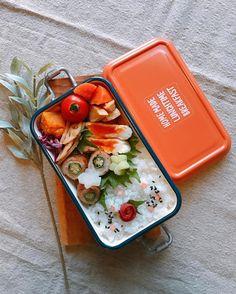 ミコノスのお弁当箱が、お弁当女子の間で大変人気になっているそうです。お弁当の中身がフタでぺしゃんこにならず、「盛れるお弁当箱」として注目を浴びているんですよ。1段や2段タイプ、カラーバリエも豊富なのでオフィスランチも楽しくなるはず!