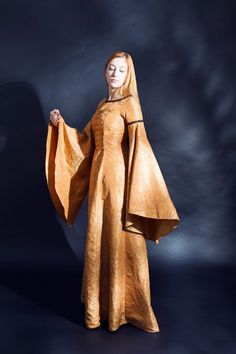 Laurelin Peach-Gold M-size Silk Brocade Elven Gown, large angel sleeves, front lacing. Dress Elf Fantasy RPG LARP LOTR Game of Thrones D&D di LaTeieraDiAlice su Etsy