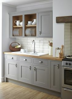 Küchen grau viele Aufbewahrungsboxes für Geschirr, graue Regale, grauer Ofen