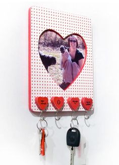 Easy heart frame key-holder by Walter Silva Valentine Day Crafts, Love Valentines, Holiday Crafts, Fun Crafts, Diy And Crafts, Arts And Crafts, Valentine Ideas, Dollar Store Crafts, Craft Stores