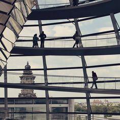 Um dos lugares mais legais de Berlim: o domo do Reichstag.  . . . #germany #alemanha #deutschland #visitgermany #germanytourism #berlin #berlim #visit_berlin #reichstag #reichstagdome #bundestag #architecture #arquitetura #glass #fun #travel #travelblogger #travelgram #travelphotography #instatravel #wanderlust #travelblog #traveltheworld #travelpics #travelphoto#viagem #turismo #dicasdeviagem#blogdeviagem #ferias