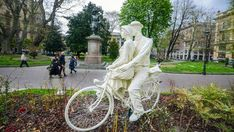 L'uomo che trasforma i parchi di Torino in un romanzo d'amore a puntate - La Stampa