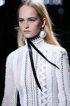 패션쇼 프론트로에 앉아있는 느낌! 손 뻗으면 닿을 것만 같은 '루이 비통'의 클로즈업 클라스!