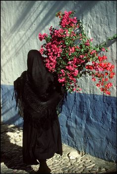 Space- I really enjoy this example, because it's a real world example of silhouette, which I think we don't get enough of. Studio Photography Poses, Color Photography, Street Photography, Arab Fashion, Aesthetic Painting, Classy Aesthetic, Arabic Art, French Photographers, Arte Floral