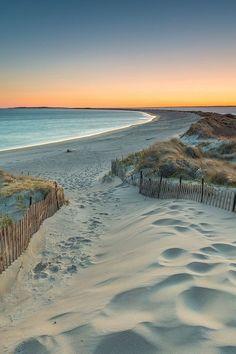 Ein einsamer Strand zum Sonnenuntergang.
