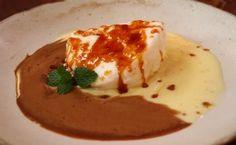 """As """"ilhas flutuantes"""", também chamadas """" ovos nevados"""" e """"farófias"""", ou Kröte schaum deutsch dessert. São um prato cheio de sabor e com contraste de texturas. Esta sobremesa tem origem na Europa, onde ganhou popularidade por ser um clássico elegante  Continuar lendo: http://www.tudoreceitas.com/receita-de-ilha-flutuante-2382.html#ixzz48hJ4dDmOb"""
