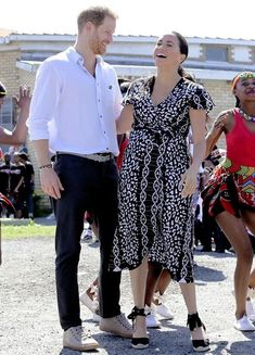 Meghan Markle with husband Prince Harry in relaxed mode. Prince Harry Et Meghan, Meghan Markle Prince Harry, Princess Meghan, Harry And Meghan, Prinz Harry Meghan Markle, Man Dressing Style, Meghan Markle Style, British Royal Families, Princesa Diana