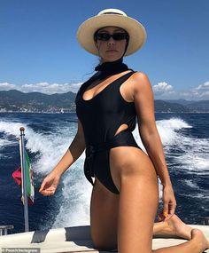 Kourtney Kardashian and Kendall Jenner don leopard bikinis and turbans Estilo Kardashian, Robert Kardashian, Kourtney Kardashian Body, Kardashian Family, Katie Holmes, Kim Kardashian Swimsuit, Kendall Jenner Bikini, Bikini Poses, Sexy Dresses