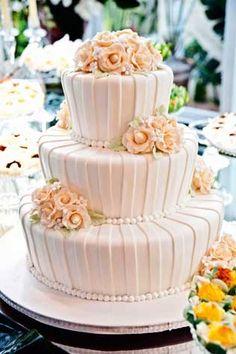 Com pérolas e flores, esse bolo é maravilhoso!