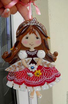 Купить или заказать Елочная игрушка. Принцессы. Стекло.Фьюзинг. в интернет-магазине на Ярмарке Мастеров. Погода была ужасная -принцесса была прекрасная..... 2 принцессы -блондинка и шатенка ,подарок для девочек близнецов к дню рождения. Обе похожи-но разные... Сложная резная игрушка,роспись обжиговым золотом,капельки дихро... Отличный подарок к дню рождения,на 8 Марта,на Новый год.