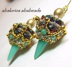 A juego con los tonos del brazalete estos preciosos aretes diseño de Alexargai