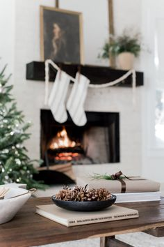 Despair In Youngsters - Realize To Get Rid Of It Wholly Vintage-Inspired Christmas Living Room Laine And Layne Minimalist Christmas, Black Christmas, Modern Christmas, All Things Christmas, Winter Christmas, Christmas Home, Vintage Christmas, Christmas Makeup, Christmas Cross