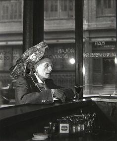 Robert Doisneau  Mr Beauvoir - L'homme au faucon, c1950