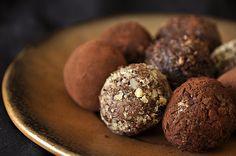 Αμαρτωλά, σοκολατένια τρουφάκια με κρεμώδη γέμιση που συνδυάζει την βουτυράτη, καραμελένια γεύση της dulce de leche με τη βελούδινη γεύση γλυκιάς και πικρής σοκολάτας. Ένα εκλεπτυσμένο επιδόρπιο πο... Truffles, Sweet Recipes, Caramel, Muffin, Sweets, Cookies, Chocolate, Breakfast, Desserts