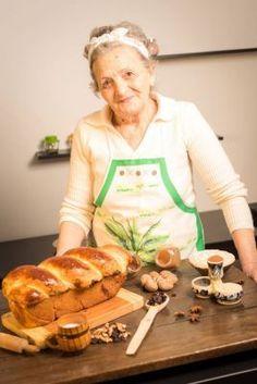 cozonac cu nuca: fii dolofan Cake Recipes, Dessert Recipes, Romanian Food, Bakery, Deserts, Sweets, Chicken, Fii, Martha Stewart